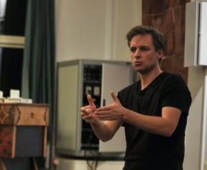 Lasse Skovgaard holder foredrag på Grundtvigs Højskole om sang og sundhed